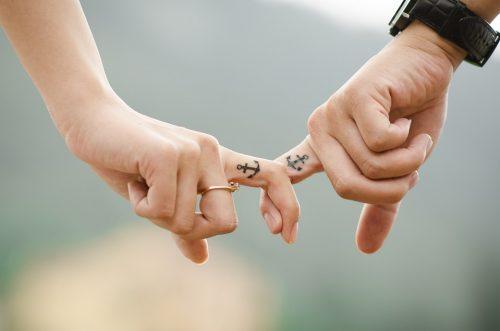 Cuatro alternativas al anillo de boda.