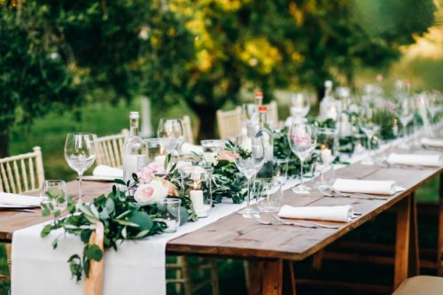 guirnalda-floral-eucalipto-flores-rosadas-encuentra-mesa_8353-8958