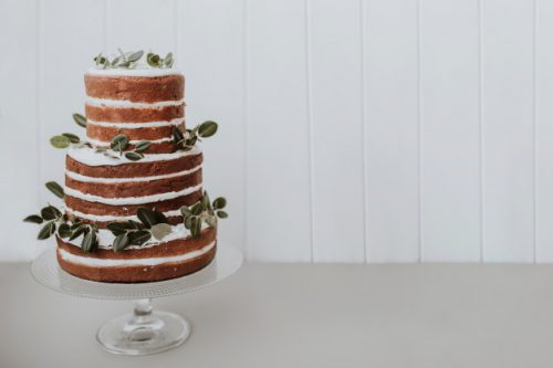 hermoso-pastel-bodas-sobre-fondo-blanco-espacio-derecha_24972-165