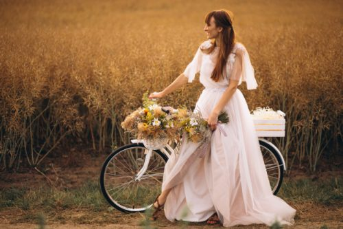 mujer-vestido-blanco-bicicleta-campo_1303-9693