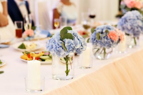 tiernos-ramos-hortensias-azules-copas-mesa_8353-627